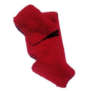 Bufanda roja larga hecha a mano