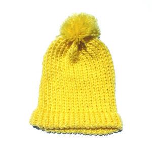 Gorro amarillo claro hecho a mano